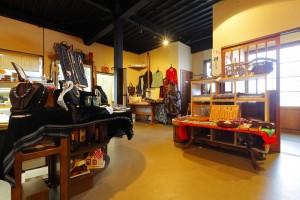 店内で手作りのアクセサリーや服、バッグなどの販売もしております。